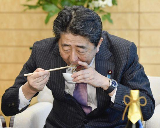 トラフグを食べる安倍首相