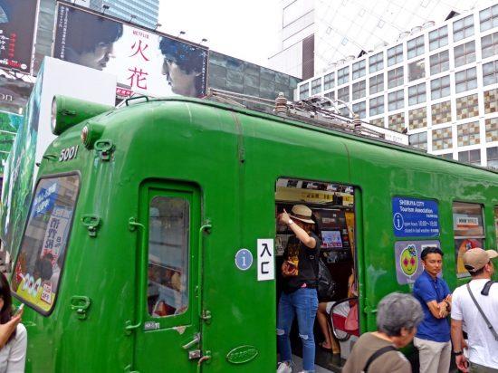 渋谷駅前・ハチ公前ひろばでお馴染みとなった緑の電車