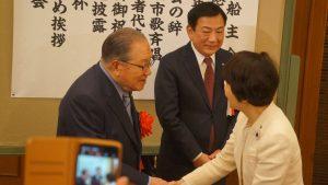 林文子市長と握手をする藤木幸夫会長