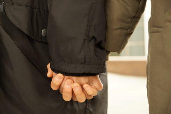 ダヌカさんの手を婚約者のAさんが握る