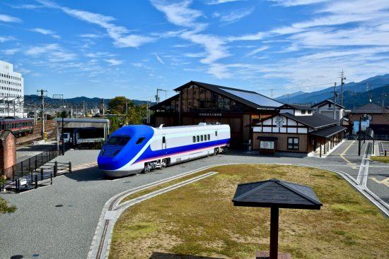 四国鉄道文化館南館(新館)と屋外展示の軌間可変電車第二次試験車両