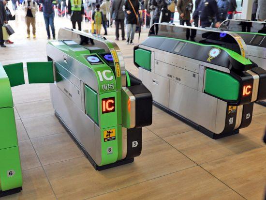 QRコード対応の新型自動改札機(右)