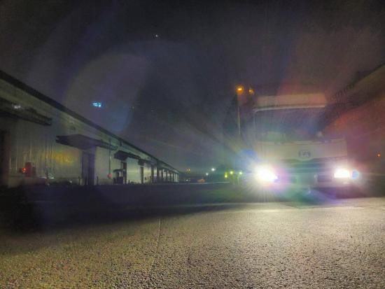 インフラを守るために昼夜走るトラック