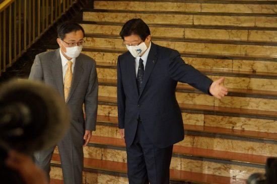 トップ会談に臨む金子社長を案内する川勝知事