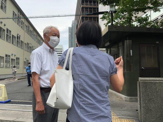 大阪地裁前で言葉を交わす赤木雅子さんと阪口徳雄弁護士