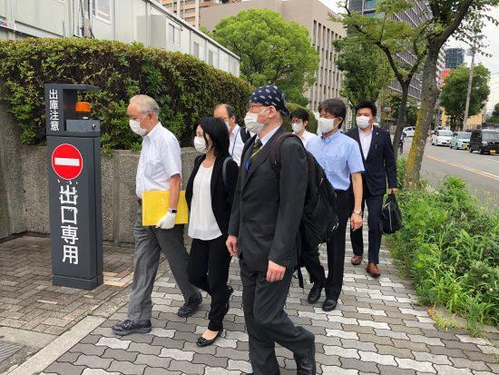 大阪地裁に入庁する阪口弁護士ら