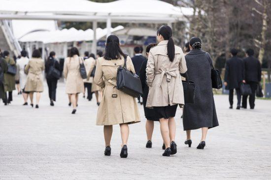スーツの女性の後ろ姿の風景