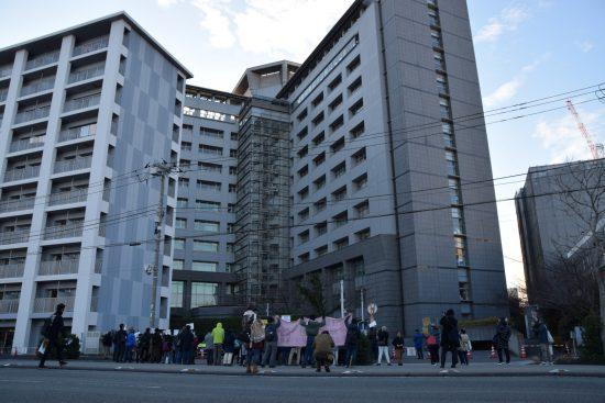 入管前で、強制収容に抗議する人たち