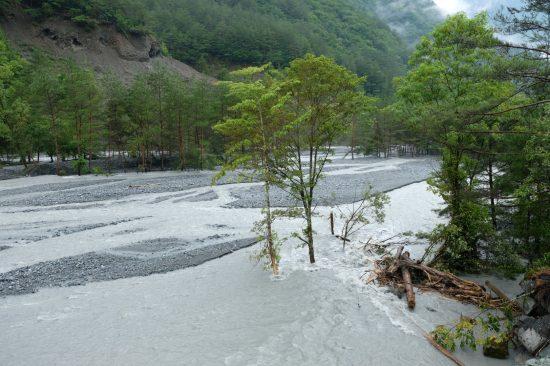 増水した小渋川を望む