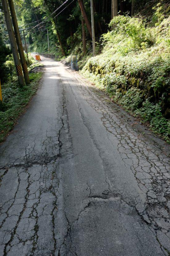 道路は地割れで損傷