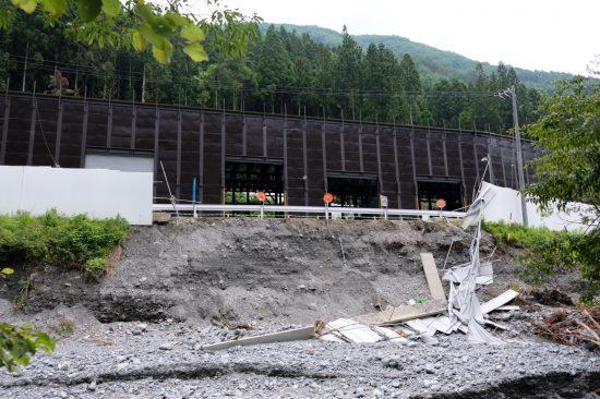 「除山非常口」の掘削現場を覆うフェンスは倒壊していた