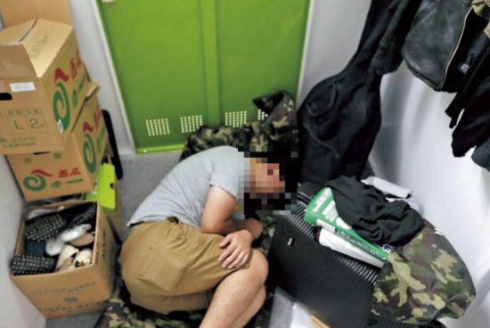 レンタル倉庫で寝泊りする男性