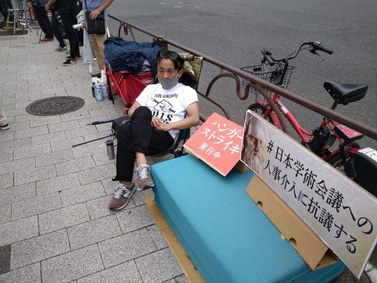 官邸前で抗議のハンストを行う著述家の菅野完氏
