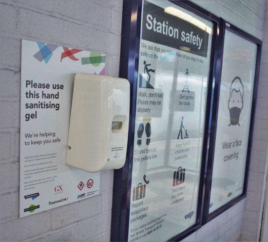 各駅に消毒ジェルの自動ディスペンサーが設置された