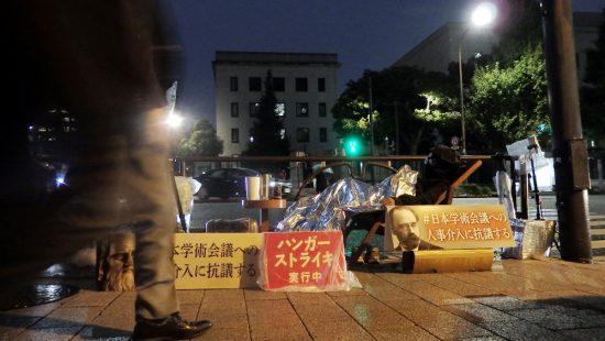 官邸前の抗議