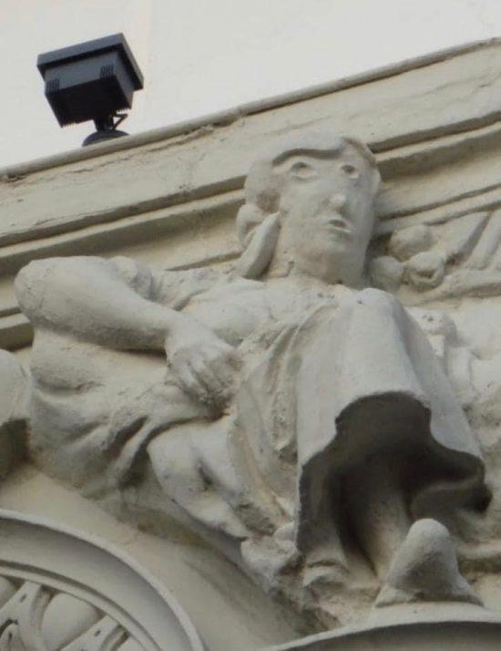 ウニカッハ銀行の彫刻「修復」後