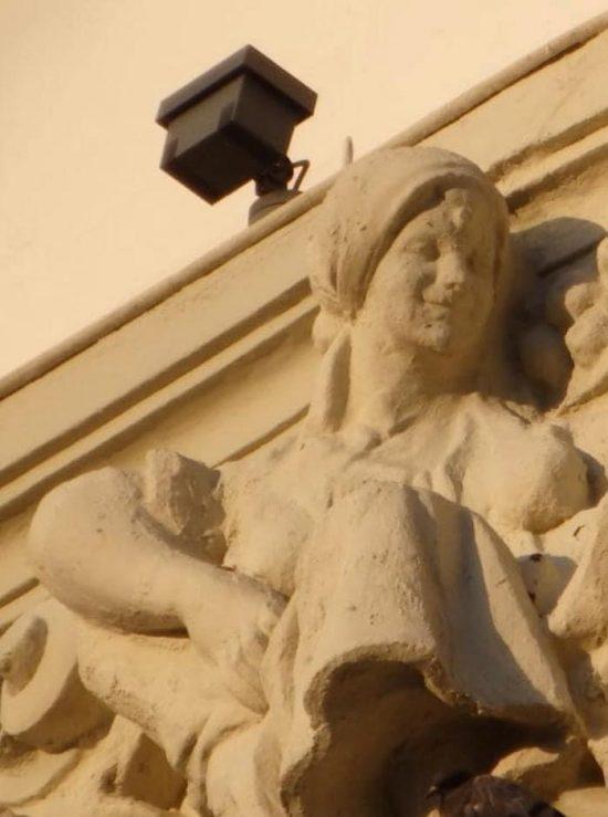 ウニカッハ銀行の彫刻「修復」前