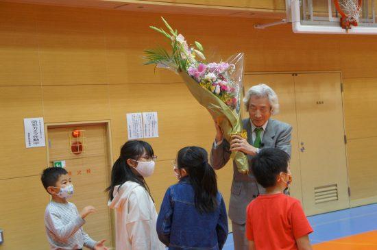 講演後に子供たちから花束贈呈を受けた小泉氏