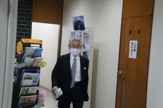 町議会の議決なしに独断で文献調査に応募した片岡春雄・寿都町長。報道関係者の問い掛けには一言も発しなかった