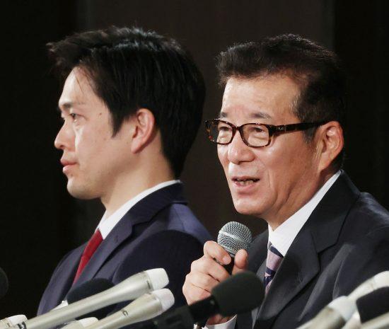 維新の吉村洋文大阪府知事と松井一郎大阪市長(右)