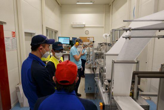 創美クラフト・ポーランドの工場を視察する宮島大使