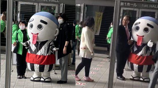 矢田真佐美氏(左・スタッフジャンパー)、こにゅうどうくんの顔真似でおどける安井邦彦教区長(右)