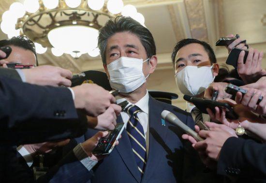 桜を見る会問題で記者の追及を受ける安倍前総理