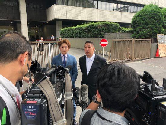 東京地裁前で取材を受ける三崎優太氏と立花孝志氏