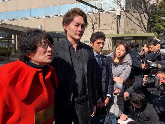 2020年2月、大阪地裁前で籠池夫妻の一審判決後、取材を受ける三崎優太氏。