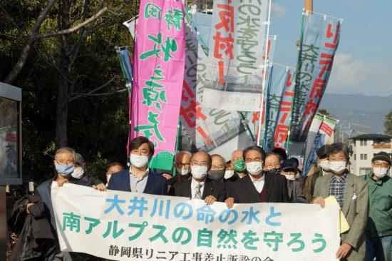 1月15日、第1回口頭弁論に向けて入廷する静岡県リニア工事差止訴訟の会。