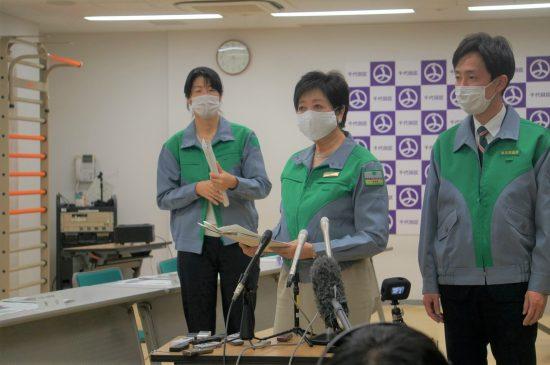 千代田区保健所を「行政視察」し、囲み取材に応じる小池知事