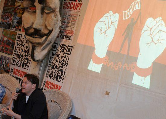 2012年、イタリアのオキュパイ運動でのデビッド・グレーバー