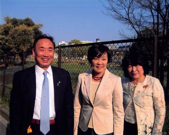 大阪府豊中市の小学校予定地で撮影された安倍昭恵氏(中央)と、籠池泰典・前理事長夫妻の3ショット