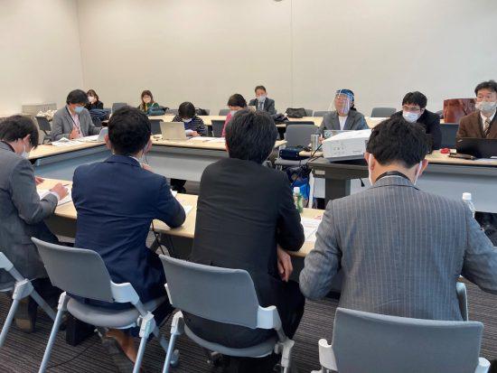 防衛省(手前)と交渉する環境保護団体メンバー