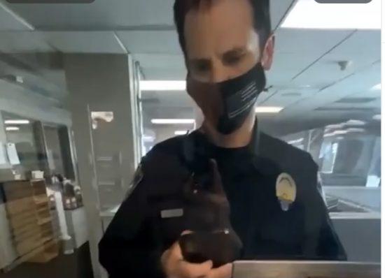 スマホで音楽をかけようとするビバリーヒルズ警察の警察官