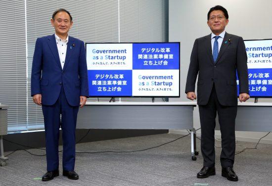 菅義偉首相(左)と平井卓也デジタル改革担当相