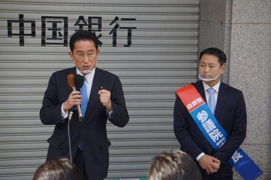 西田英範候補(右)と岸田文雄県連会長(左)。4月3日の広島市内での街頭演説