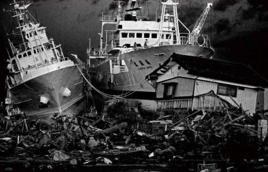海岸に押し上げられた大型漁船