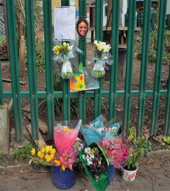 コロナ禍のピークに亡くなった近所の学校の職員さんへの献花